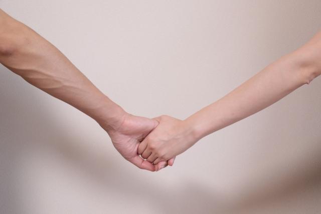 仲良く手を繋ぐ二人